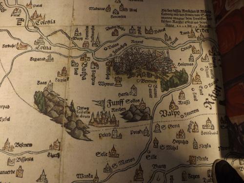 Használhatjuk a korabeli térképet is, mely a térképszoba padlóját díszíti.