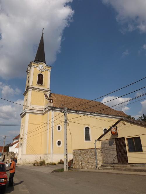 Római katolikus templom, mely késő barokk stílusban, 1772-1779 közt épült, középkori apátsági templom helyén. Nagyboldogasszony tiszteletére szentelték fel.